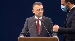 Τουρκία: Ο αναπληρωτής του Ερντογάν «πάγωσε» κατά τη διάρκεια ομιλίας του