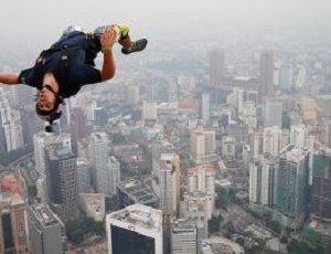 """مصرع """"الرجل الطائر"""" المعروف برحلاته المتهورة فوق برج خليفة أثناء طلعة تدريبية"""